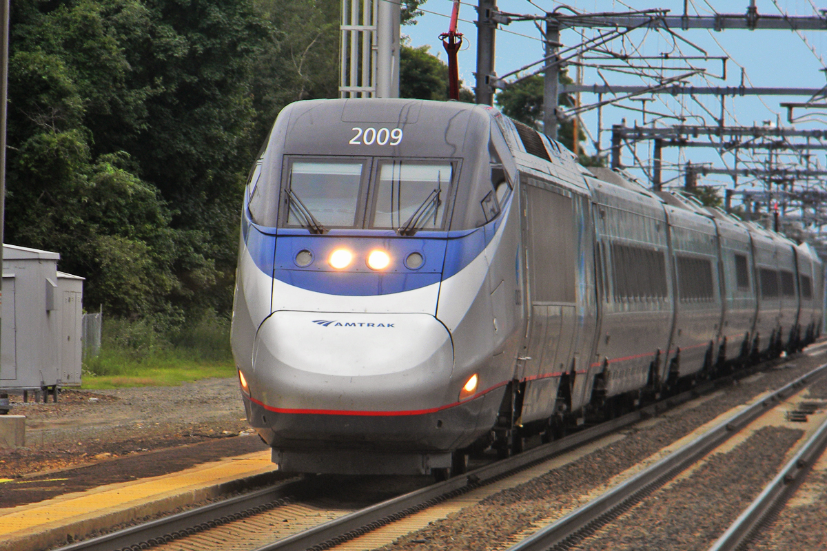 Shreder 9100 at English Wikipedia, Acela old saybrook ct summer2011, CC BY 3.0 | Amtrak Acela Express